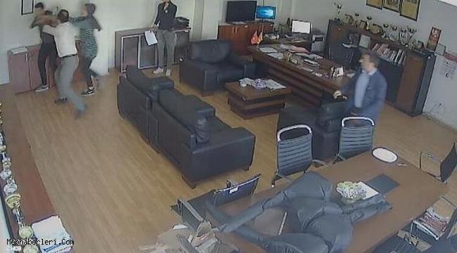 Okul müdürünün odasında öğrenciye yumruklu saldırı kamerada