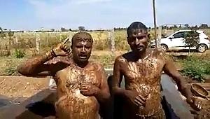 Koronavirüsten korunmak için inek dışkısıyla duş alıyorlar