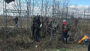 Mülteciler Yunanistan'a Girmeye Çalışıyor. 100 Bin'i Geçti