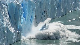Dev buzdağı Güney Georgia Adası'na çarpmak üzere